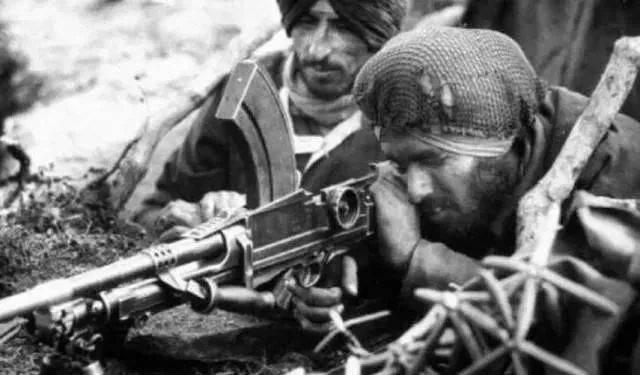 ▲操作轻机枪的印军士兵