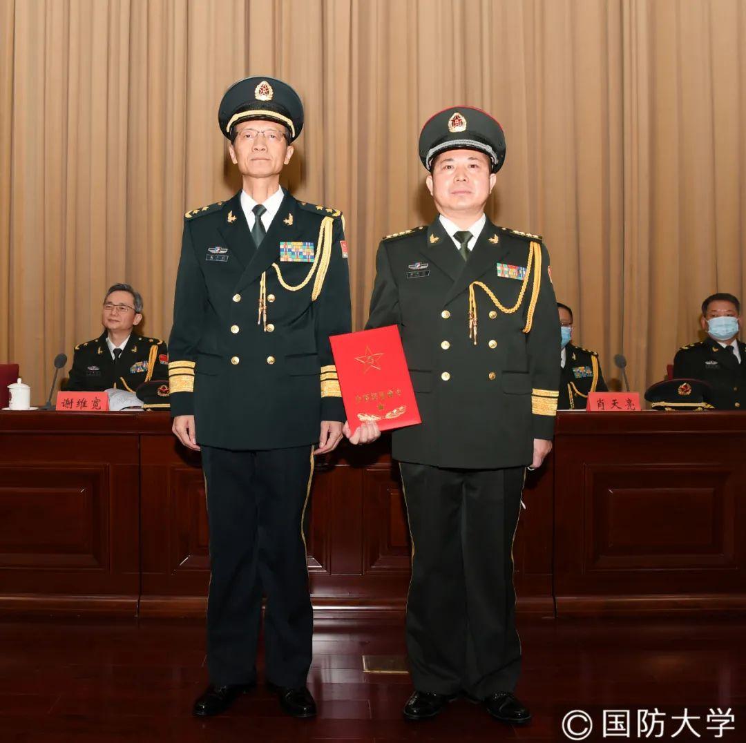 国防大学吴杰明政委与曲升云同志合影。