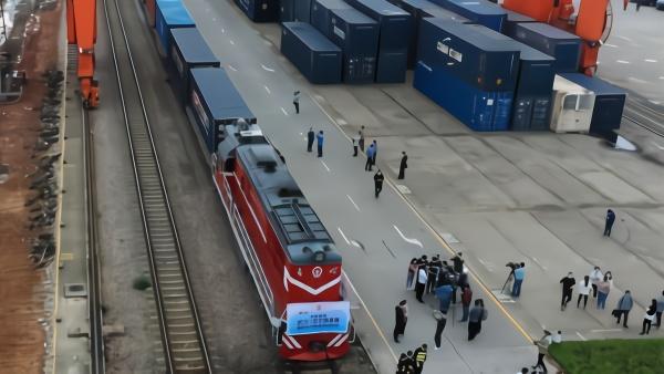 出发!中欧班列从武汉开出 携百吨防疫物资驰援欧洲