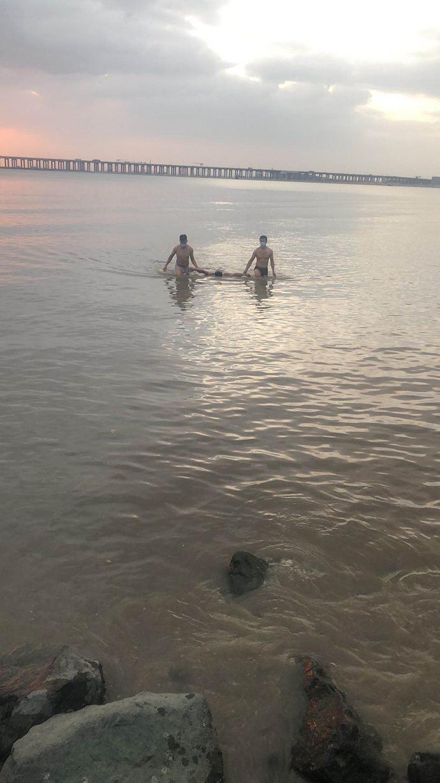 两名协警下海将男子救上岸。宝安警方 供图