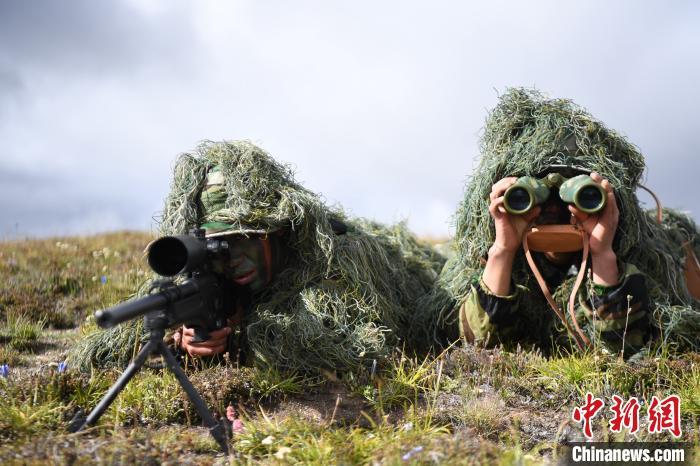 【亚洲天堂学堂】_西藏军区狙击手在4500米高原演练,穿吉利服全身伪装