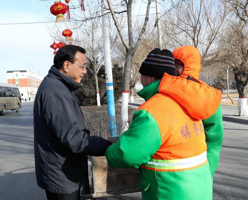 图为2018年李克强在吉林考察时,特意停车看望路边的环卫工人。
