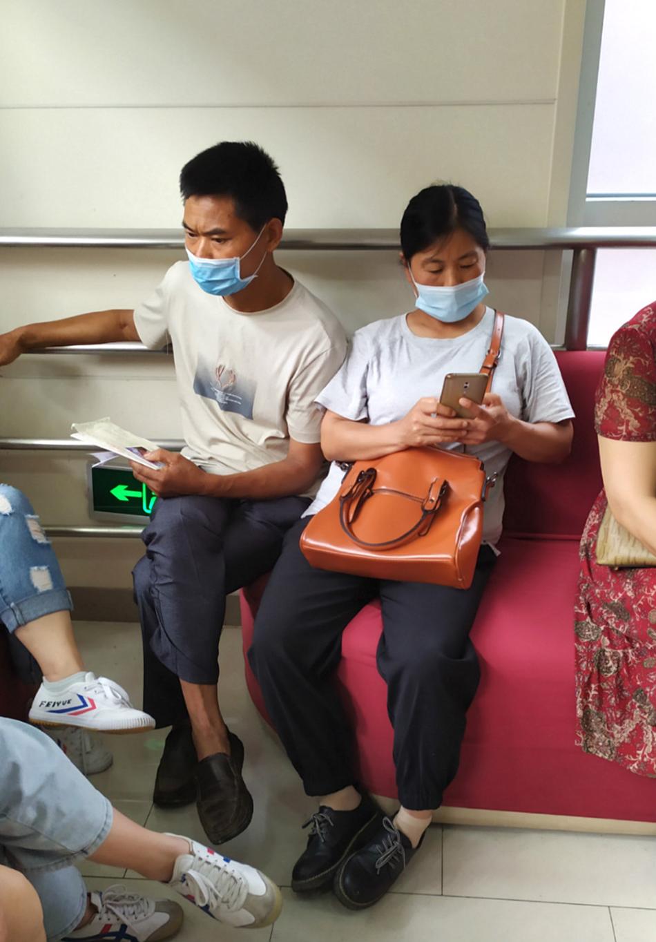 在医院等号的黄来援夫妻
