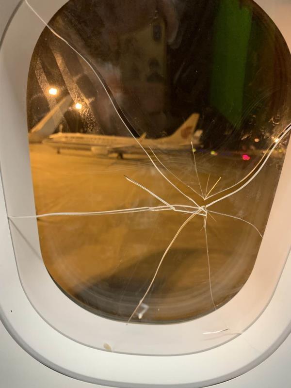 被砸裂的机舱玻璃。