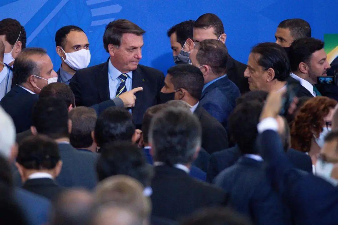 在集会上,没有戴口罩的巴西总统