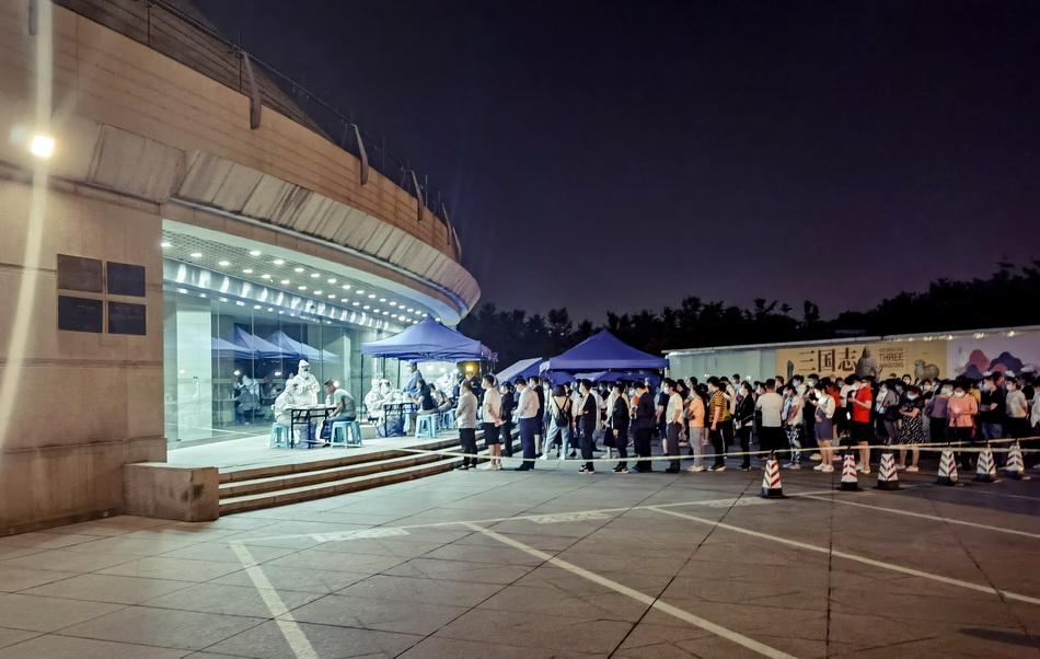 6月16日23点,北京市海淀区一处核酸检测点,市民排队参加核酸采样。刘帅冶/人民视觉 图