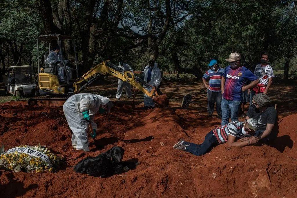 墓地里的掘墓者和送葬者。巴西现在有超过160万例确诊病例,超过65,000人死亡-比美国以外的任何国家都多