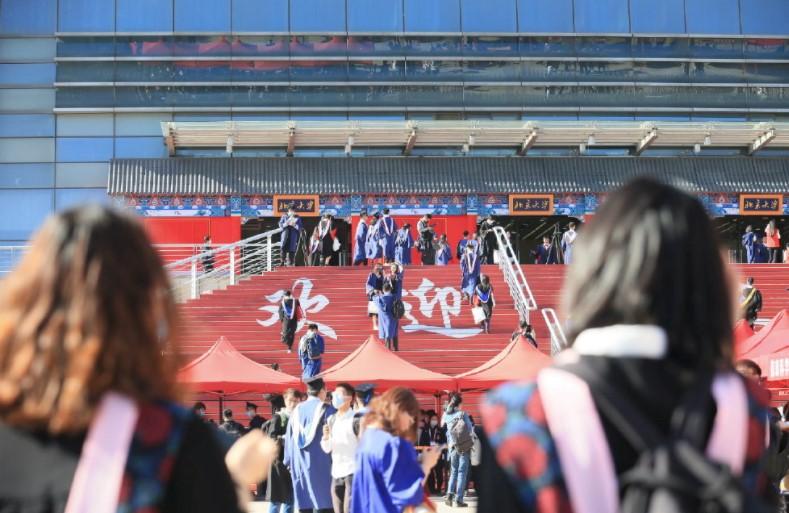 参加学位授予仪式的2020届毕业生走进邱德拔体育馆