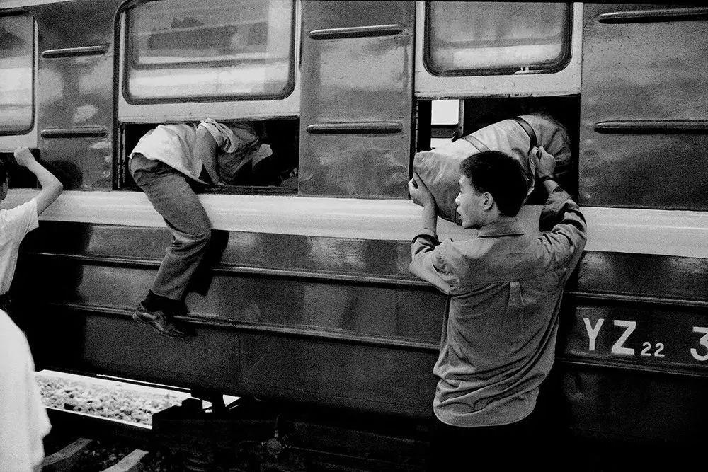 40年前的春运火车 有人围桌打麻将,有人当场生孩子 最新热点 第15张
