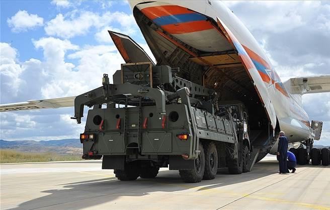 资料图:俄罗斯向土耳其空运交付S-400系统装备