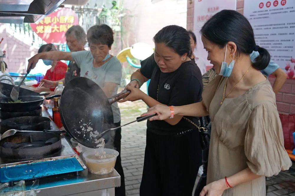 9月9日,患者家属在沈姐爱心共享厨房里互相帮助。新华每日电讯记者林光耀摄
