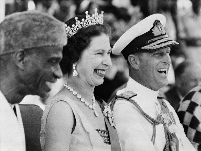 英國女王伊麗莎白二世(中)與丈夫菲利普親王(右)(1961年拍攝)。新華社 發