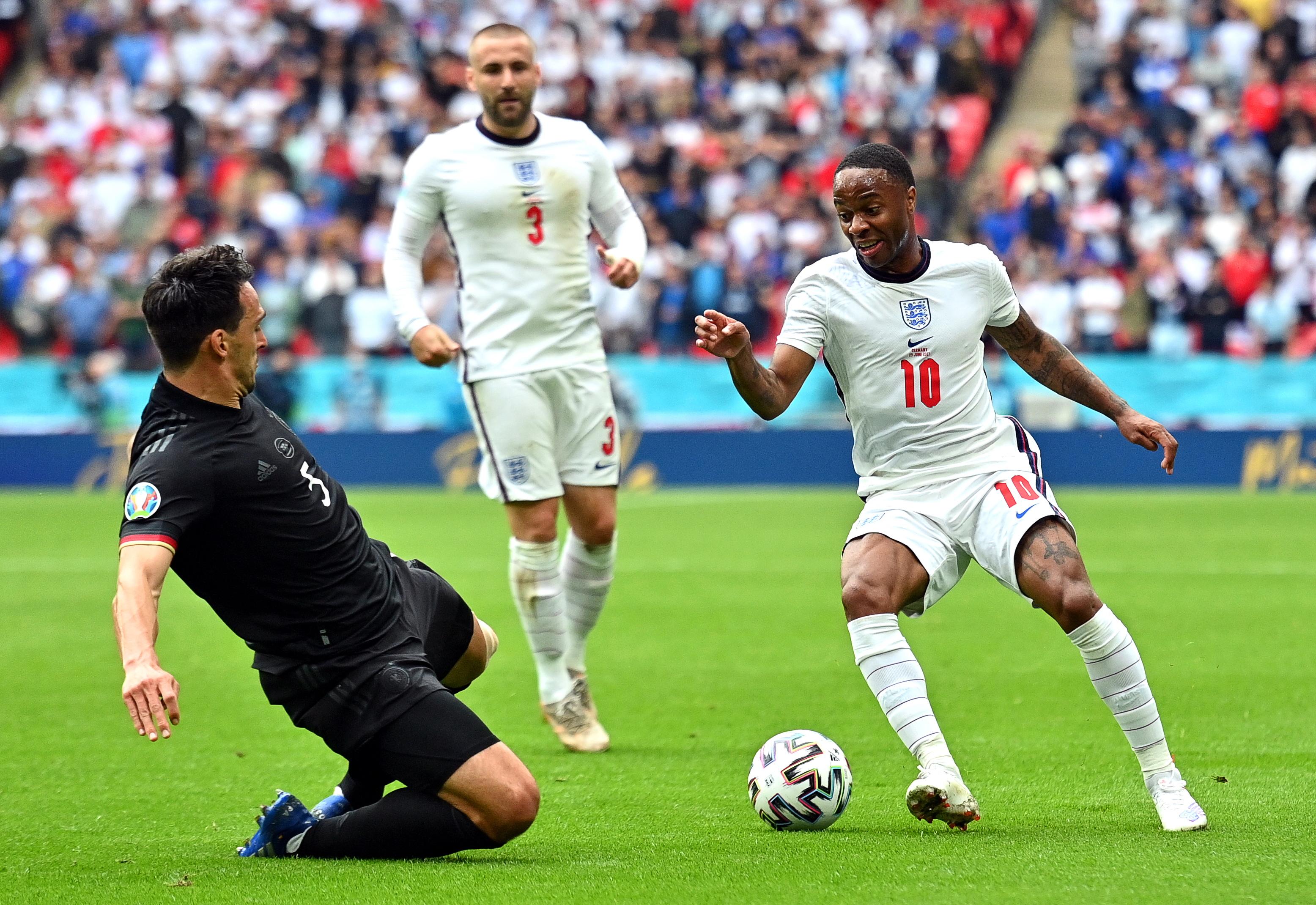 6月29日,英格兰队球员斯特林(右)与德国队球员胡梅尔斯(左)拼抢。