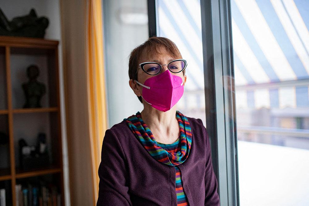 当地时间2021年3月9日,西班牙巴塞罗那,60岁的护士Sofia Malagon患有帕金森症,在家中接受采访。 人民视觉 图