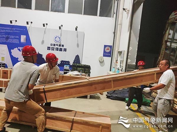 西安国家级应急储备库气象应急探测物资正在装车。贺易  摄影
