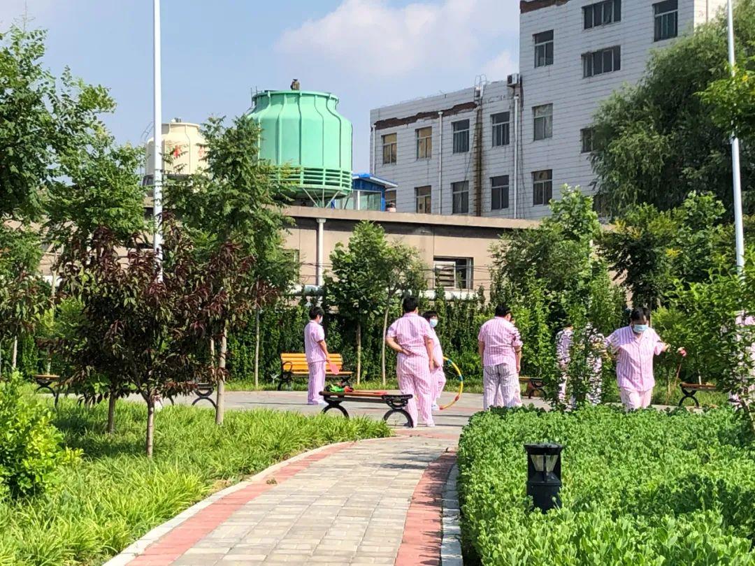 女性受助者在医院后花园做游戏。新京报记者 冯雨昕 摄