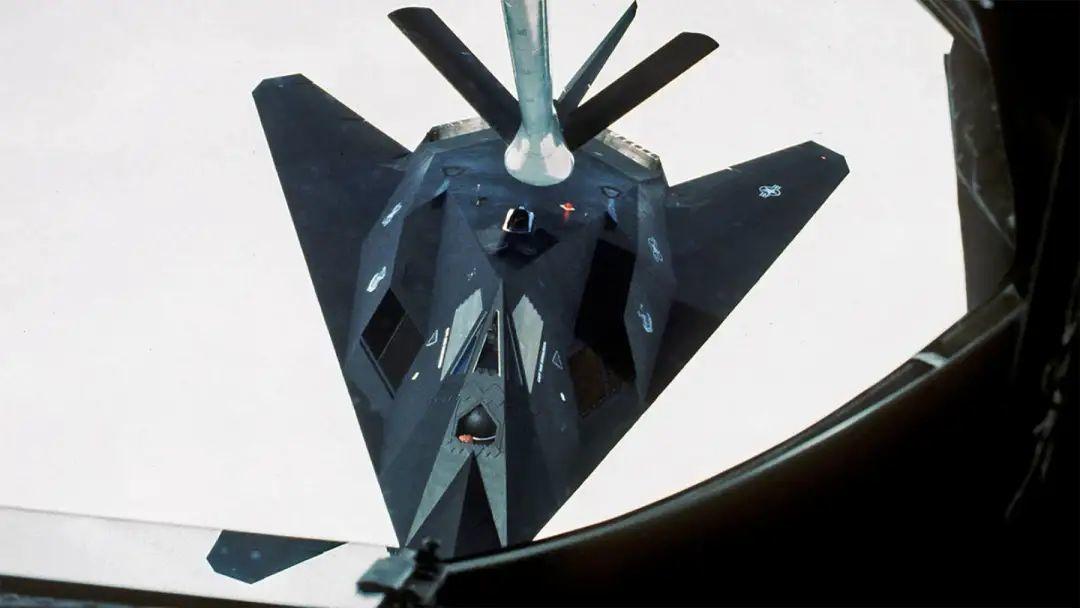 进行空中加油的F-117