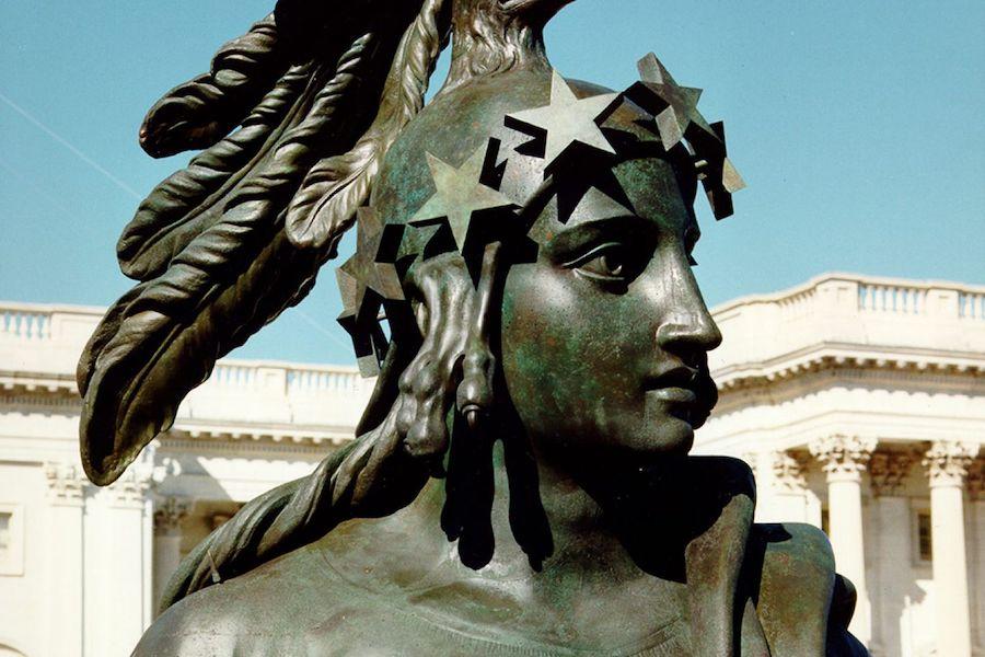 美国国会大厦上自由女神头戴由鹰头和羽毛组成的头盔。