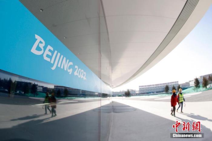 2020年12月25日,北京2022年冬奥会标志性建筑国家速滑馆完工,计划于2021年1月开展首次制冰工作。冬奥会期间,国家速滑馆将承担速度滑冰比赛,在此将诞生14块金牌。图为国家速滑馆外的冬奥元素。中新社记者 韩海丹 摄