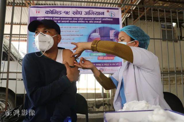 尼泊尔民众接种中国国药疫苗 图源:澎湃影像