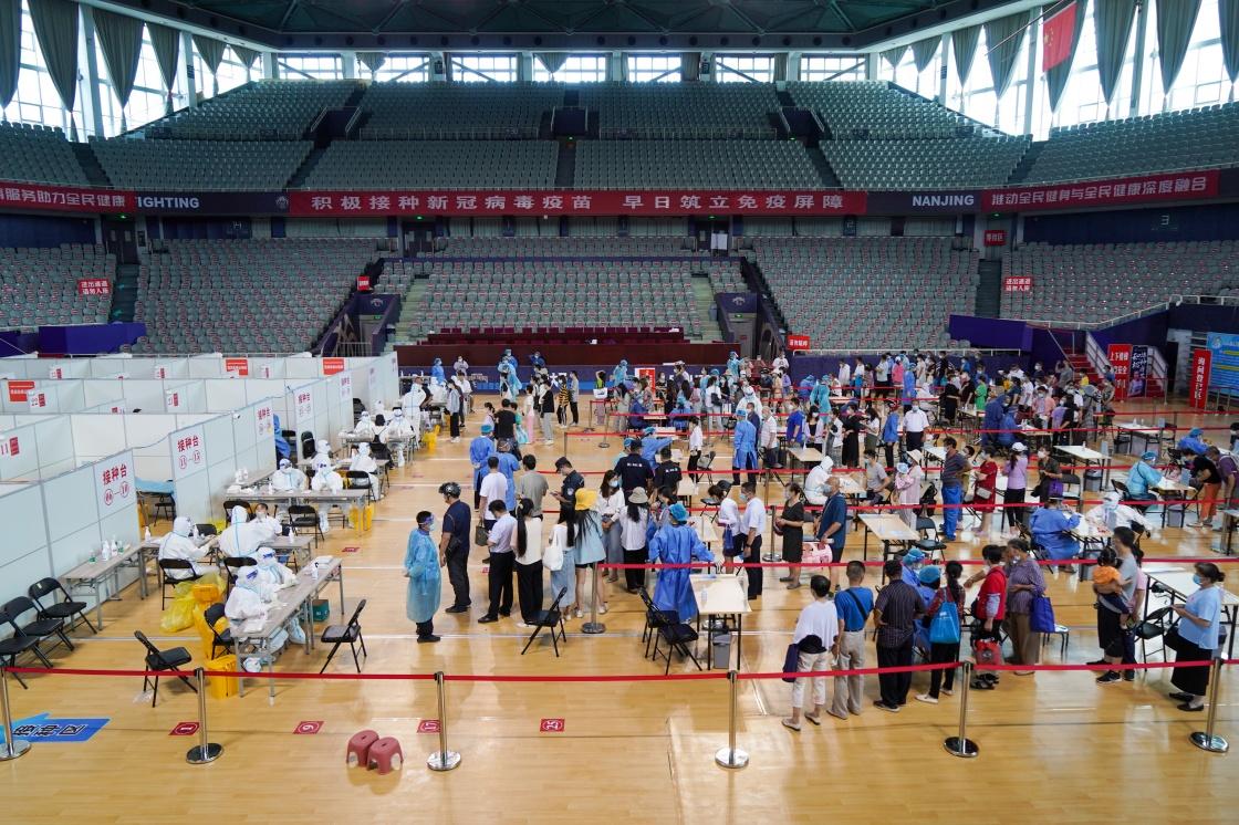 7月22日,市民在南京市鼓楼区五台山体育中心体育馆内进行核酸检测取样。新华社 图