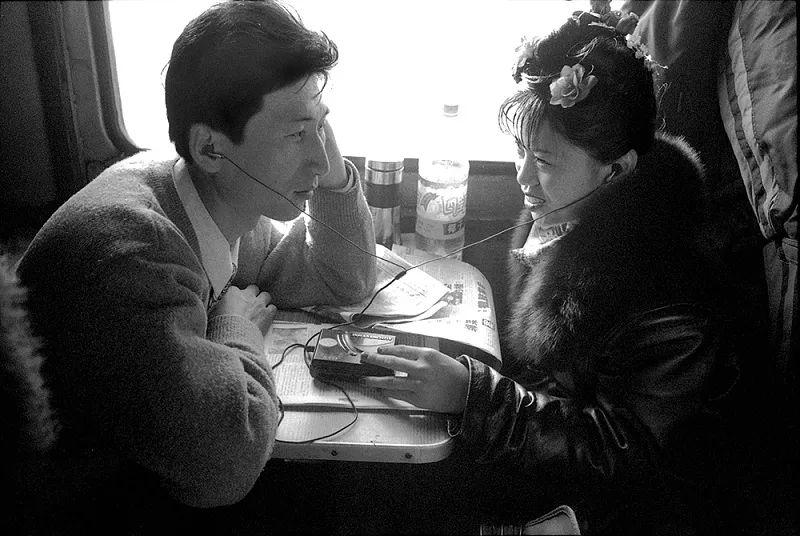 40年前的春运火车 有人围桌打麻将,有人当场生孩子 最新热点 第31张