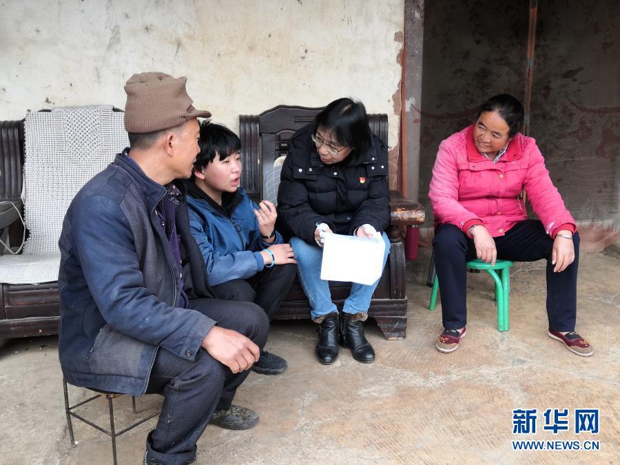 2月9日,张桂梅在家访时与学生交谈。新华社发(王秀丽 摄)