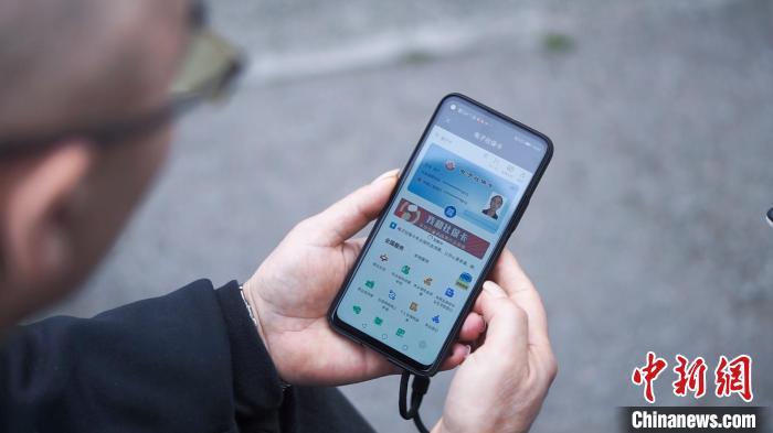 图为重庆市民使用电子社保卡办理业务。 陈鑫 摄