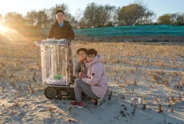 图 | 高鸿志团队和治理沙漠机器人合影