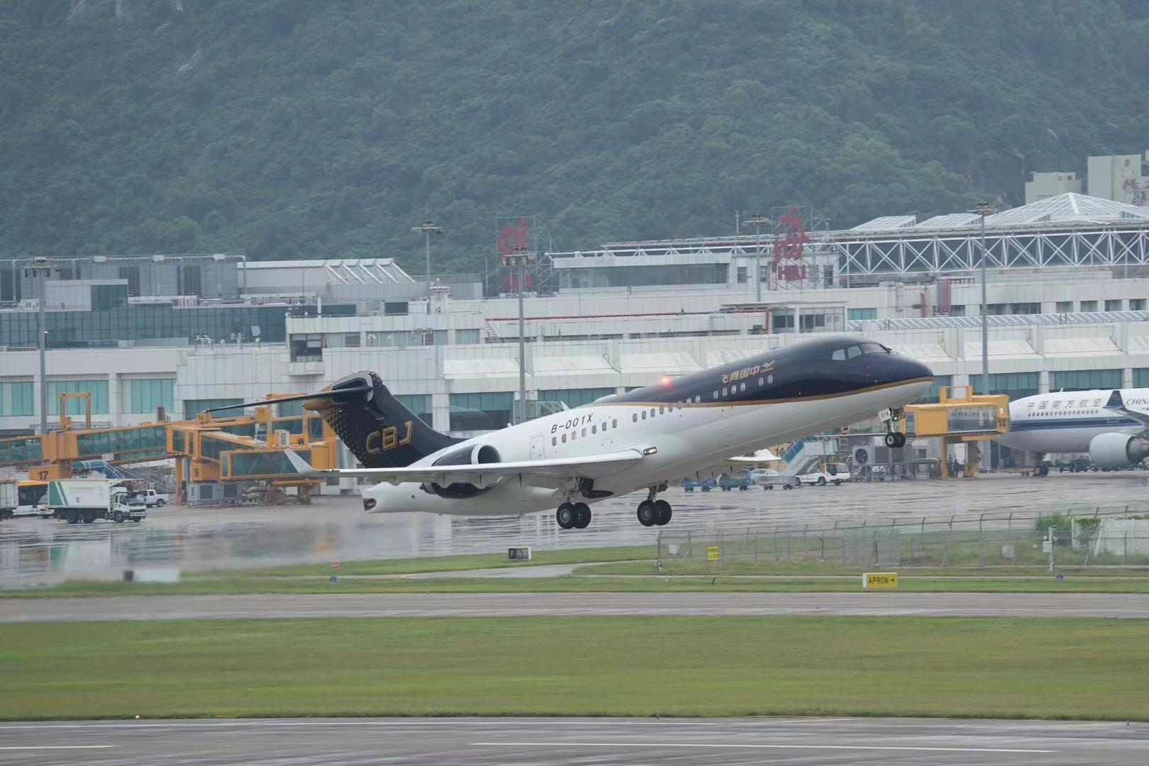 中国商飞CBJ公务机在航展现场进行飞行表演 摄影:祎然
