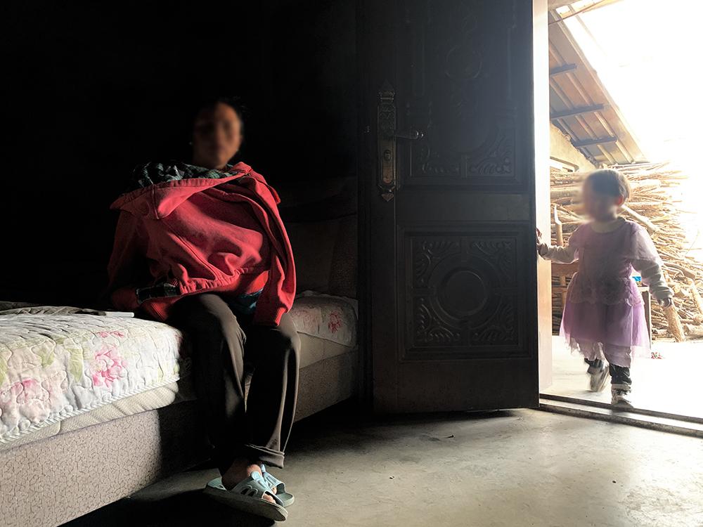 魯蘭(化名)和她2歲的小女兒。