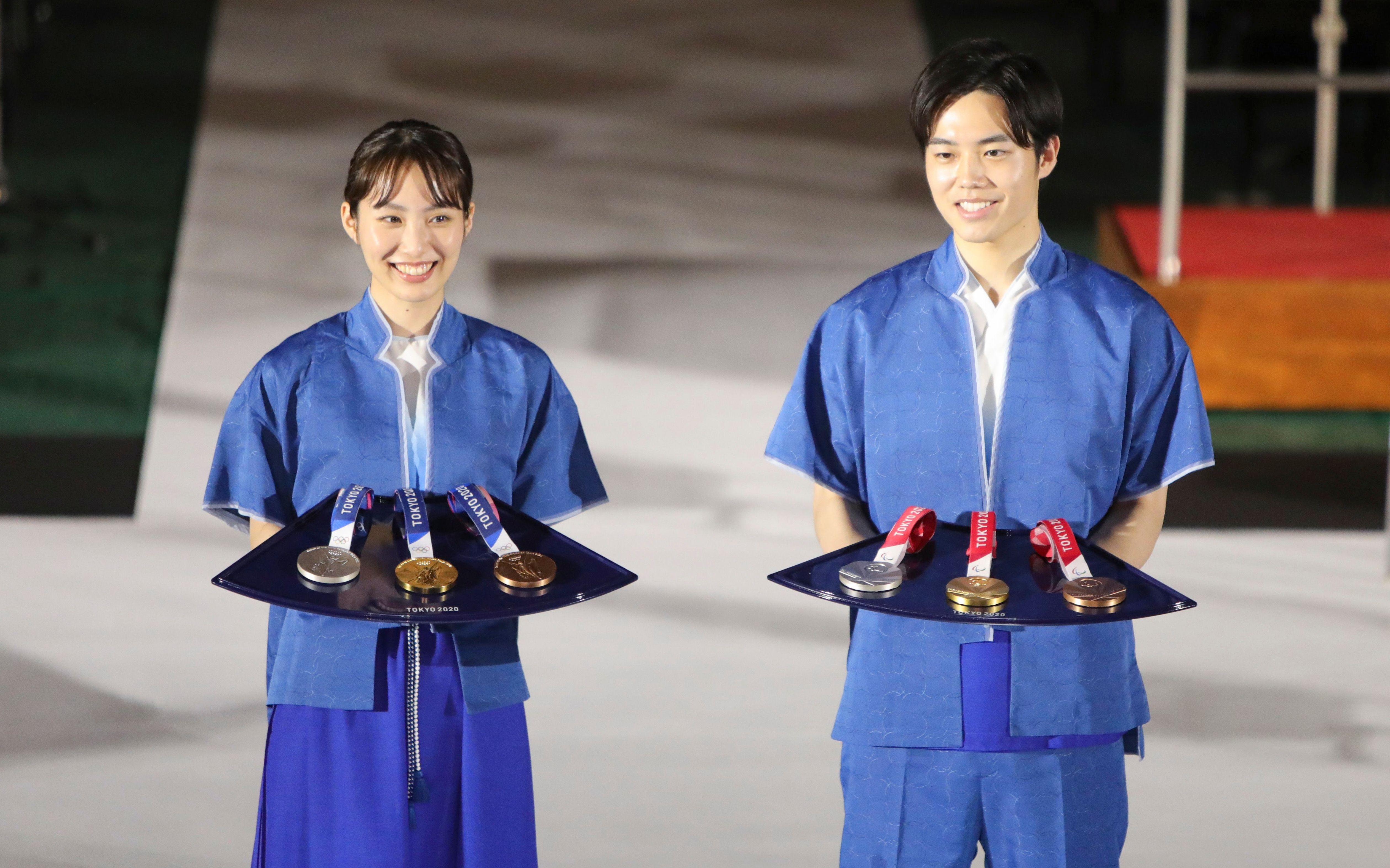东京奥运会颁奖服装和颁奖托盘。(图/新华社)
