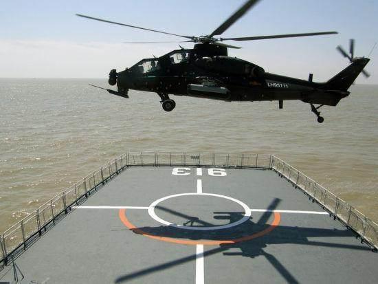 陆航直升机在海军登陆舰上进行着舰训练。
