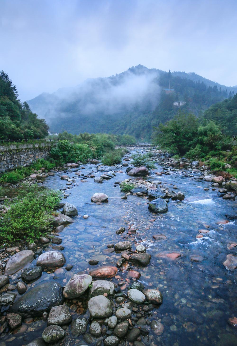 牯牛降景区,山顶云雾飘渺,山下清泉叮咚。 视觉中国 图