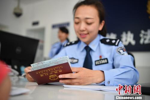 资料图:工作人员受理户籍业务。中新社记者 刘冉阳 摄