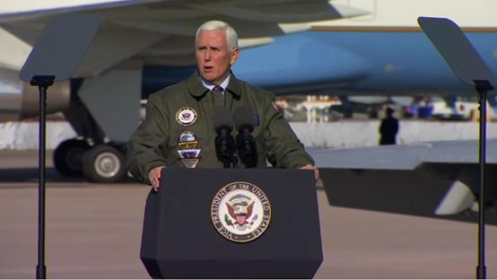彭斯在勒莫尔海军航空基地讲话。图源:美媒