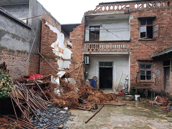 小马滩村的何婆婆被塌陷的房子砸中去世。