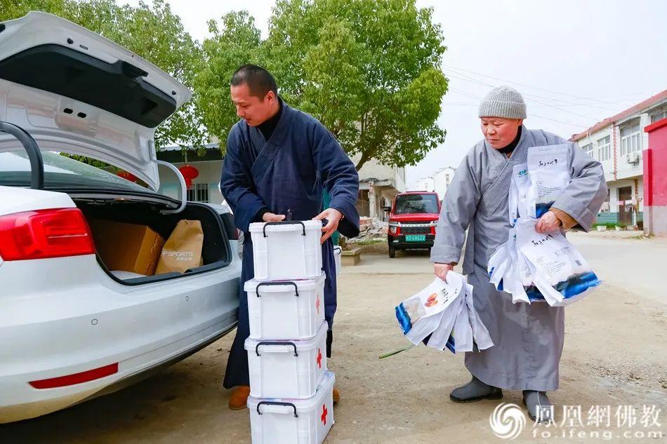 定光寺智修法师接收肥东地区的医疗箱,她会帮我们将医疗箱送至肥东各寺院(图片来源:凤凰网佛教)