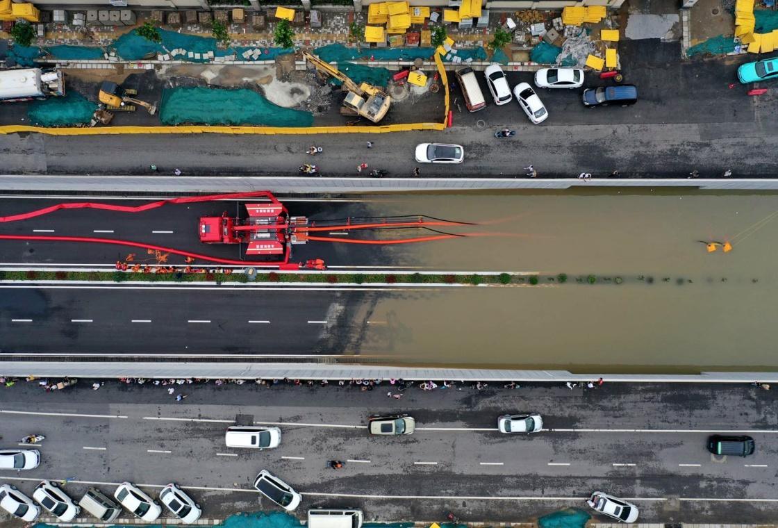 7月21日在郑州市桐柏路附近拍摄的排涝现场(无人机照片)。新华社 图