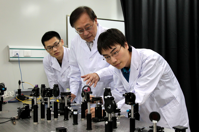 ↑2012年5月,姚期智指导清华学生做实验。(清华大学供图)