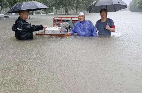 雨中忙碌的后勤人员。郑州大学官方微信公众号 图
