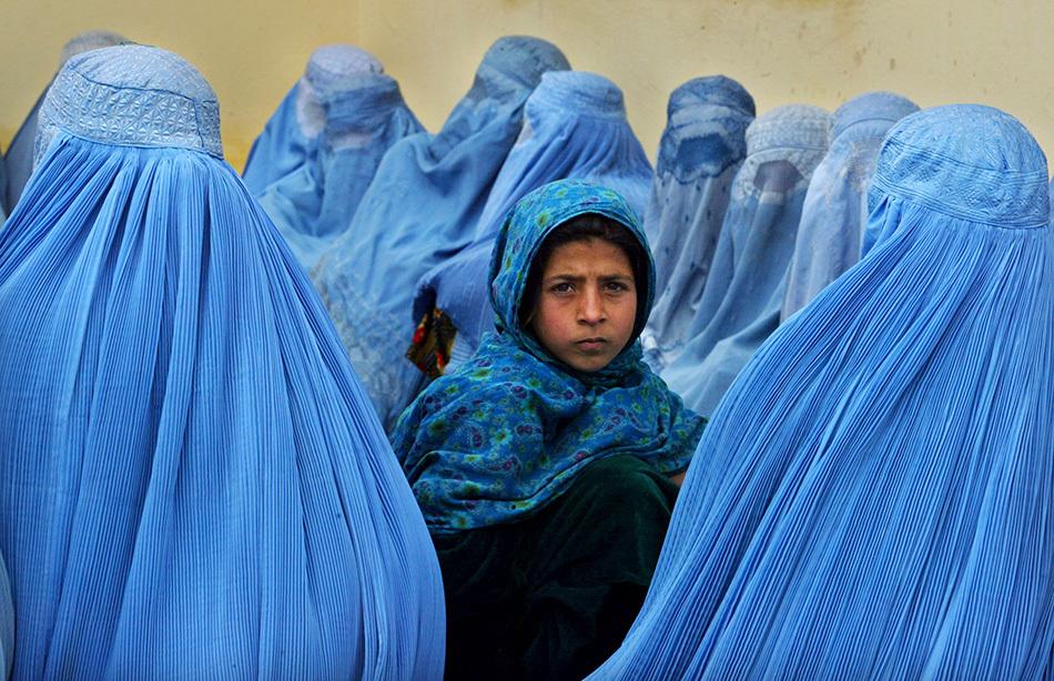 当地时间2003年2月23日,阿富汗卡拉坎,阿富汗女性在卡拉坎卫生所门前排队等候。