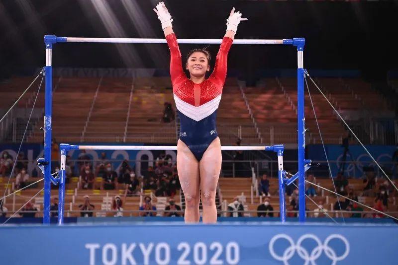 在团体决赛高低杠项目上,苏妮莎表现堪称完美。图源:法新社