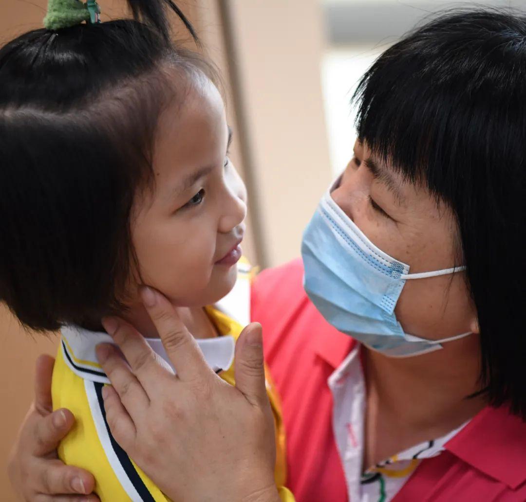 广东茂名市社会福利中心主任李兰(右)拥抱院内儿童,和她交谈起来(4月27日摄)。