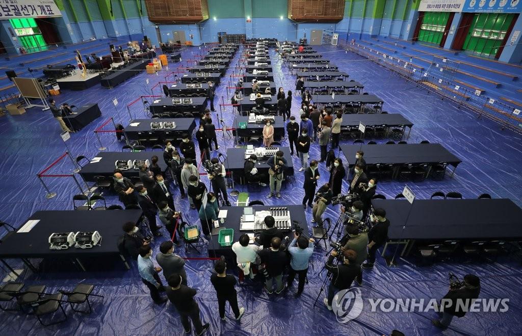 4月6日下午,首尔阳川区一处计票点,计票工作人员进行模拟演习 图自韩联社
