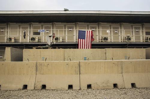 资料图片:在阿富汗帕尔万省的巴格拉姆空军基地,一面美国国旗悬挂在美军宿舍外。新华社/路透
