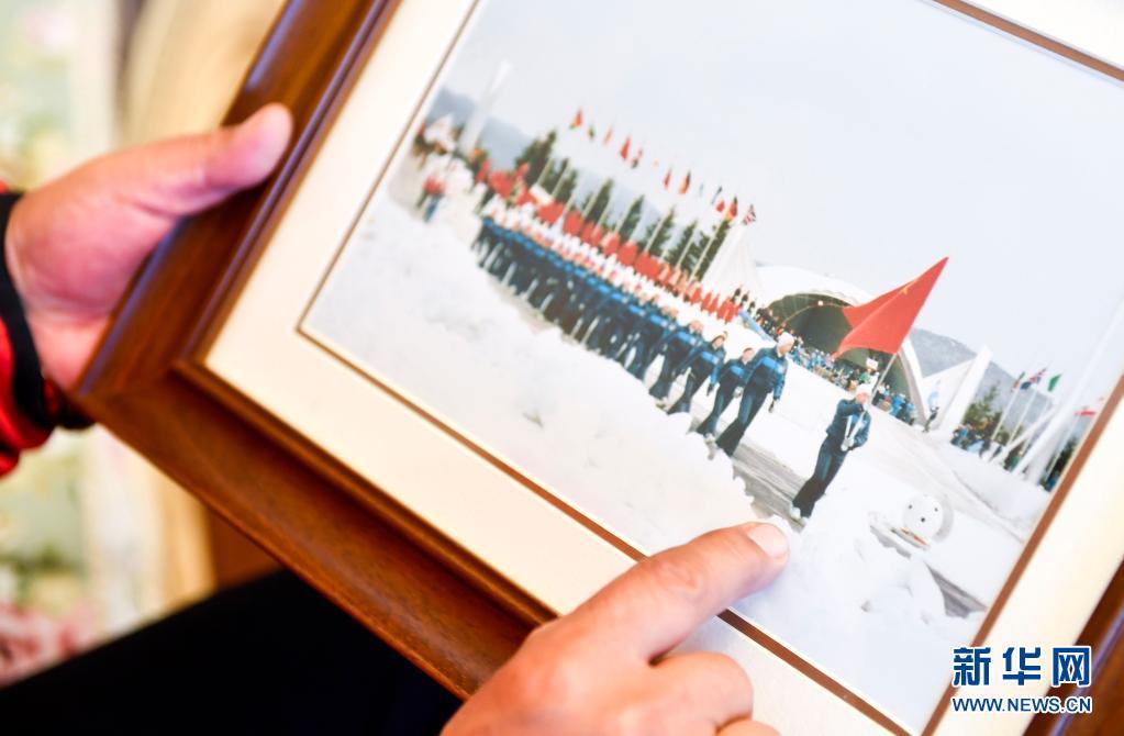 这是赵伟昌展示他作为中国首位冬奥旗手参加第十三届冬奥会开幕式的照片(3月30日摄)。新华社记者 许畅 摄