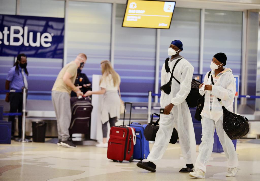 资料图:2020年感恩节期间于机场等候出行的美国人。