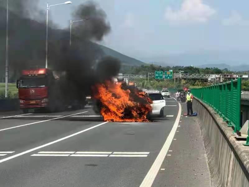 前方两车碰撞起火,后方23辆车被罚!高速上这样做很危险