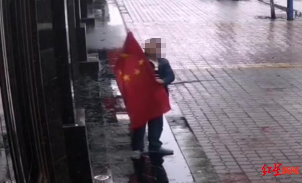"""【比特比】_男子""""脑子发热""""踩踏国旗 被判侮辱国旗罪获刑10个月"""